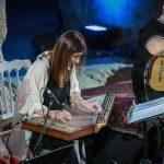 Nazih Borish sourit à Didem Basar en concert