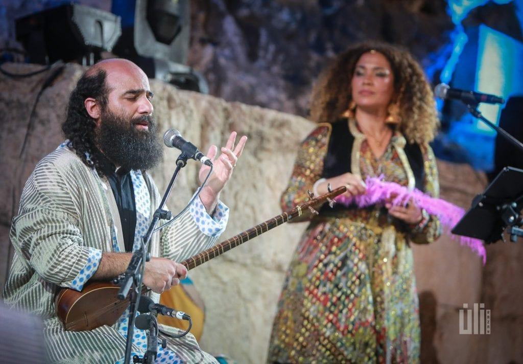 Kiya Tabassian chante sur scène